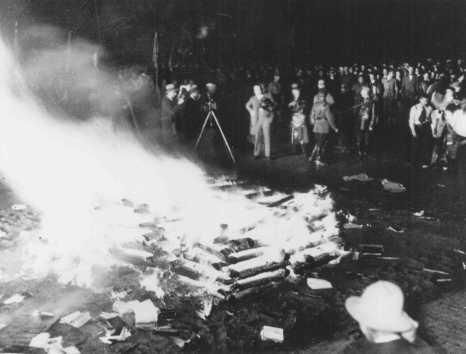 """سوزاندن کتاب های """"ضد آلمانی"""" در ملأ عام در میدان تالار اپرا. برلین، آلمان، 10 مه 1933."""