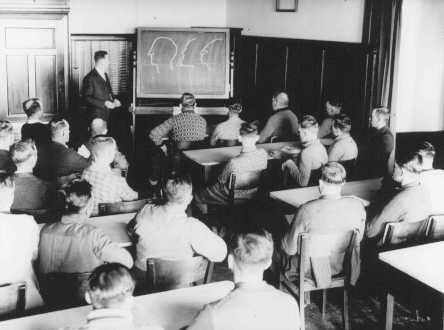 人種理論に関する講義を受けるドイツ人。 ドイツ、日付不明。