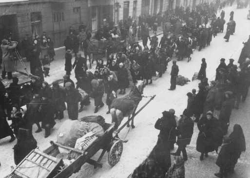 Juifs déportés d'Allemagne et d'Autriche marchant vers le ghetto de Lodz. Lodz, Pologne, octobre 1941.