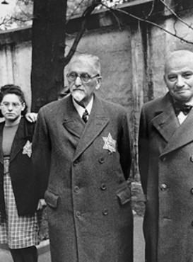 Judíos llevando las obligatorias Estrellas de David en Viena. Austria, 1941.