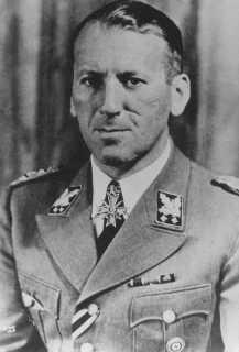 Le général SS Ernst Kaltenbrunner occupait les fonctions de chef du RSHA (Office principal de Sûreté du Reich, de chef de la Police de Sûreté nazie (Sipo) ainsi que celles de chef du SD (Service de Sécurité). Allemagne, 1943.