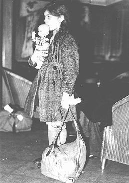 Une réfugiée, faisant partie d'un transport d'enfants (Kindertransport), peu après son arrivée à Harwich. Grande-Bretagne, 2 décembre 1938.