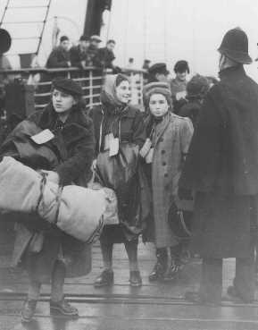 Niños judíos refugiados—parte de un transporte de niños (Kindertransport)—de Viena, Austria, llegan a Harwich. Gran Bretaña, el 12 de diciembre de 1938.