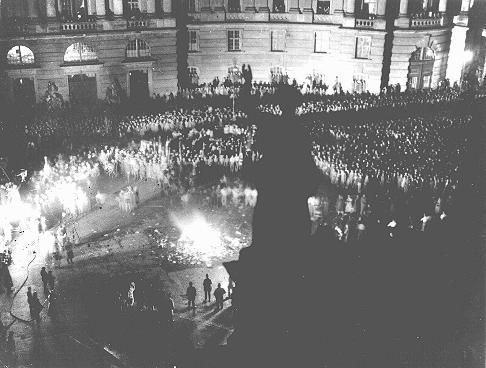 Multidão reunida na praça da Ópera de Berlim, (<i>Opernplatz</i>), para participar da queima de livros considerados &quot;não-alemães&quot; pelos nazistas. Berlim, Alemanha. Dia 10 de maio de 1933.