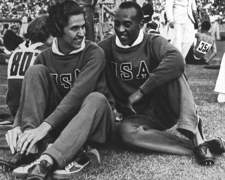 Los corredores Helen Stephens y Jesse Owens, miembros del equipo olímpico estadounidense, en los Juegos Olímpicos de Berlín. Alemania, agosto de 1936.