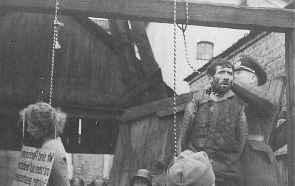 """Macha Brouskine, partisane juive soviétique pendue avec deux autres partisans, Krill Trus et Volodya Cherbateyvich. La pancarte dit : """"Nous sommes des partisans qui avons tiré sur des soldats allemands."""" Minsk, Union soviétique, le 26 octobre 1941."""