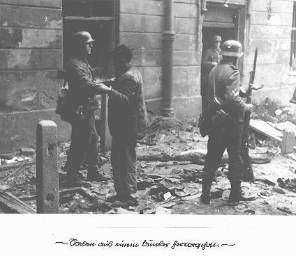 Combattante de la résistance juive capturée après avoir été débusquée de son bunker clandestin par des soldats allemands au cours de la révolte du ghetto de Varsovie. Varsovie, Pologne, du 19 avril au 16 mai 1943.
