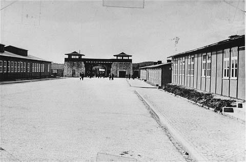 La place de l'appel dans le camp de concentration de Mauthausen, fait face à l'entrée principale. Cette photo a été prise après la libération du camp. Mauthausen, Autriche, entre mai et septembre, 1945.