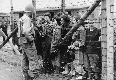 An American soldier and liberated prisoners of the Mauthausen concentration camp. Austria, May 1945.