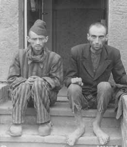 Survivants du camp de concentration de Dora-Mittelbau, situé à proximité de Nordhausen. Allemagne, 14 avril 1945.