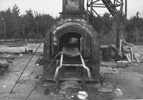 Restes du four crématoire du camp de concentration de Bergen-Belsen. Cette photo a été prise après la libération du camp en 1945. Bergen-Belsen, Allemagne, date incertaine.