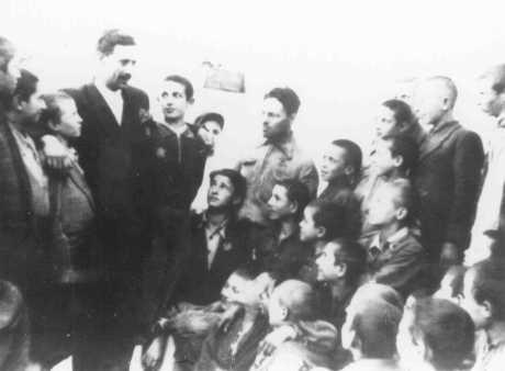 Des enfants juifs dans un orphelinat dirigé par le Conseil juif (Judenrat) du ghetto de Vilno. Vilno (aujourd'hui Vilnius), 1942.