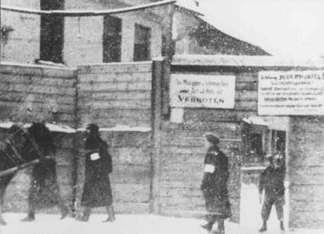 La entrada de la calle Rudnicki al ghetto de Vilna. 1941–1942.