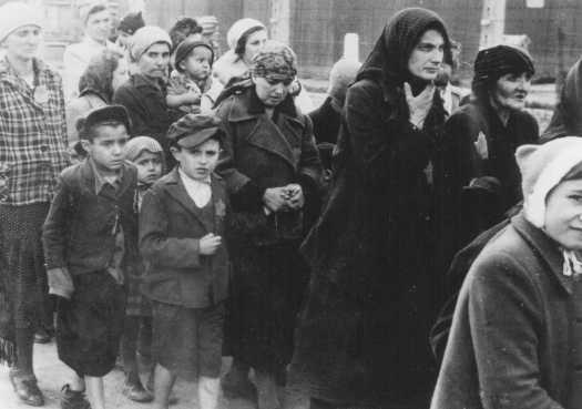 Juifs hongrois se dirigeant vers les chambres à gaz. Auschwitz-Birkenau, Pologne, mai 1944.