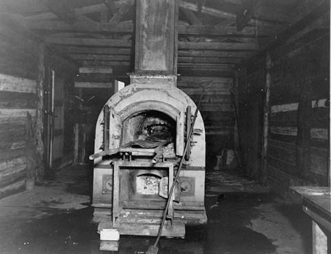 Four crématoire utilisé dans le camp de concentration de Bergen-Belsen. Bergen-Belsen, Allemagne, 28 avril 1945.