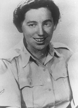 Haviva Reik, une parachutiste de Palestine, avant son départ en mission pour aider les Juifs en Slovaquie. Elle fut capturée et exécutée par les nazis. Palestine, probablement avant septembre 1944.
