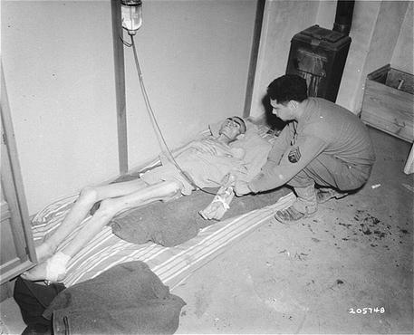 Un soldat américain nourrit par intraveineuse le détenu d'un camp libéré . Dachau, Allemagne, 7 mai 1945.