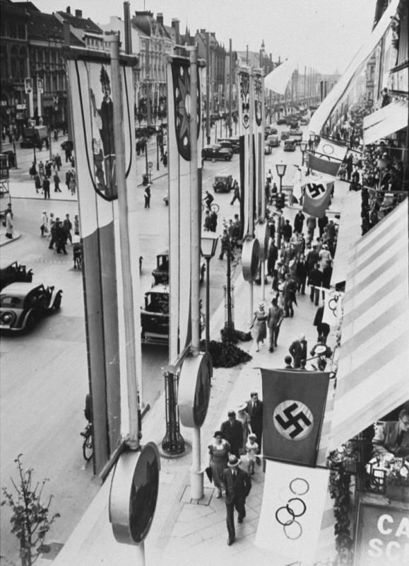 Banderas de las Olimpíadas y de Alemania (con la esvástica) engalanan la ciudad de Berlín durante los Juegos Olímpicos. Berlín, Alemania, agosto de 1936.