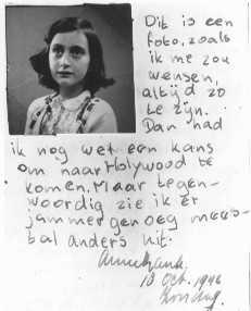"""Fragmento do diário de Anne Frank no dia 10 de outubro de 1942: """"Esta é uma fotografia minha, ela mostra como eu gostaria de ficar para sempre. Então eu ainda poderia ter uma chance de ir para Hollywood, mas agora estou com medo, a minha aparência está muito diferente"""".  Amsterdã, Holanda."""