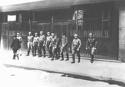 Tropas de choque (SA) nazistas bloqueiam a entrada de um prédio sindical por eles ocupado. Destacamentos das SA invadiram centrais sindicais por toda a Alemanha, forçando a dissolução daquelas instituições. Berlim, Alemanha, 2 de maio de 1933.
