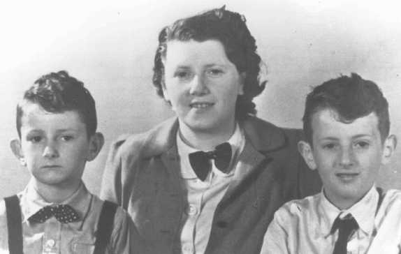 Eduard, Elisabeth, and Alexander Hornemann. The boys, victims of tuberculosis medical experiments at Neuengamme concentration camp, were murdered shortly before liberation. Elisabeth died of typhus in Auschwitz. The Netherlands, prewar.