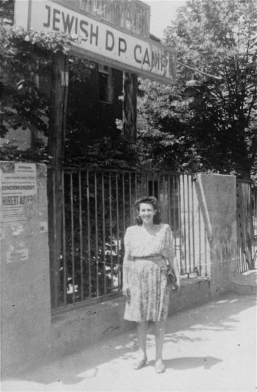 سيدة في محتشد باد رايخنهال لليهود المشردين داخليا. باد رايخنهال، المانيا ١٩٤٧.