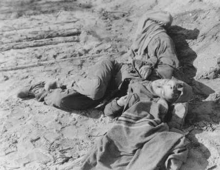 Travailleurs forcés polonais et russes abattus par les SS après qu'ils sont tombés d'épuisement lors d'une marche de la mort. Wisenfeld, Allemagne, 26 avril 1945.