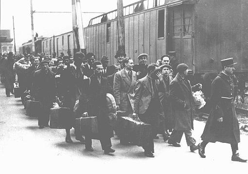 Juifs étrangers arrêtés à Paris à la gare d'Austerlitz avant leur déportation vers les camps d'internement de Pithiviers et de Beaune-la-Rolande administrés par les Français dans la région de la Loire. Paris, France, vers mai 1941.