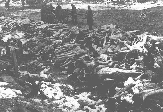 Cadavres de prisonniers de guerre soviétiques. Lieu et date incertains.