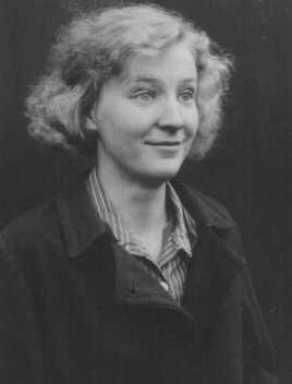A seguito di una diagnosi assai dubbia di schizofrenia, Gerda D. (allora commessa in un negozio) venne sterilizzata. Successivamente le autorità naziste le proibirono di sposarsi proprio perché non più in grado di avere figli. Luogo e data sconosciuti.