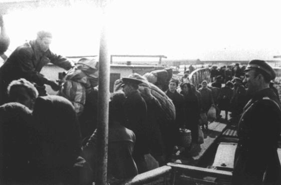 Juifs obligés de monter à bord de bateaux dans le port de Lom sur le Danube lors des déportations des territoires sous occupation bulgare. Ils furent déportés, en passant par Vienne, vers le camp de Treblinka dans la Pologne sous occupation allemande. Lom, Bulgarie, du 11 au 31 mars 1943.