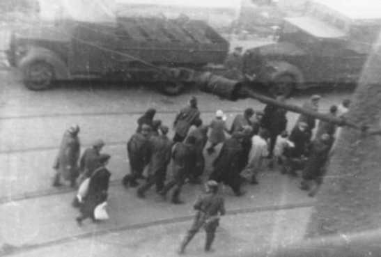 Redada de judíos durante el levantamiento del ghetto de Varsovia. Un miembro del ejército nacionalista polaco tomó esta fotografía de forma secreta desde un edificio situado frente al ghetto. Varsovia, Polonia, abril-mayo de 1943.