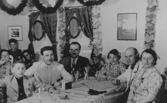 """Réfugiés juifs à bord du bateau de réfugiés """"Saint Louis"""" qui s'étaient vu refuser l'entrée à Cuba et aux Etats-Unis en 1939. Allemagne, 1939."""