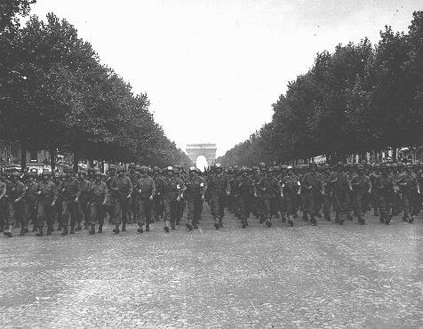 Troupes américaines descendant les Champs-Elysées à Paris suite à la libération de la ville par les Alliés. Paris, France, 29 août 1944.