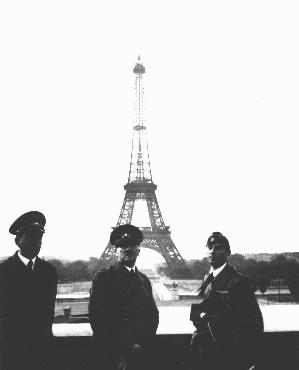 アドルフ・ヒトラーとその計画立案者アルベルト・シュペーア。フランス陥落後すぐのパリで。パリ、フランス、1940年6月23日。