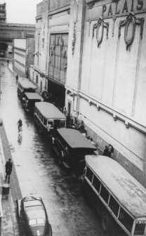 Bus attendant à l'entrée du Vélodrome d'Hiver, où quelque 13 000 Juifs furent raflés avant d'être transférés à Drancy et vers d'autres camps de transit français. Paris, France, 16 et 17 juillet 1942.