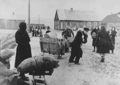 Kaum Yahudi pindah ke ghetto Kovno. Lituania, sekitar tahun 1941-1942.