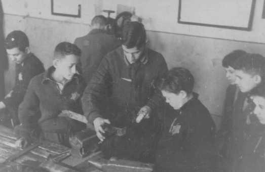 Enfants travailleurs forcés dans un magasin de charpenterie. Ghetto de Kovno (aujourd'hui Kaunas), Lituanie, entre 1941 et 1944.