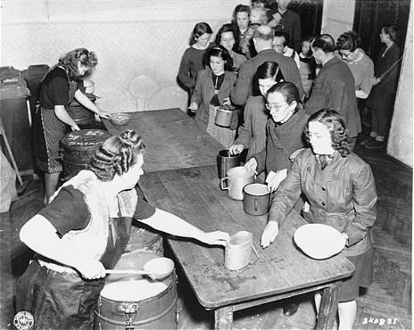 طعام ساخن يوزع في محتشد المشردين داخليا في شارع ارتسبيرغه شتراسه في فيينا، النمسا. مارس 1947.