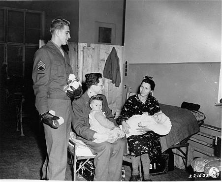 Des représentants de l'armée américaine et du Joint Distribution Committee (organisation caritative juive américaine - JDC) distribuent du lait aux réfugiés. Vienne, Autriche, 26 octobre 1945.
