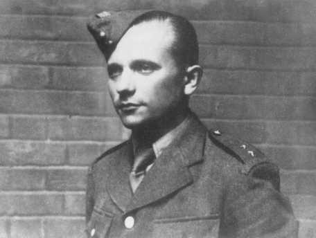 Josef Gabnik, un luchador de la resistencia checa y paracaidista que participó en el asesinato de Reinhard Heydrich, el gobernador nazi de Bohemia y Moravia. Praga, Checoslovaquia, probablemente mayo de 1942.