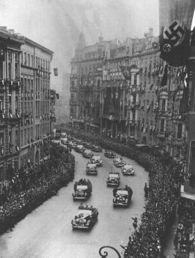 Escena durante el regreso triunfal de Adolf Hitler a Berlín, poco después de la anexión de Austria a Alemania (el Anschluss). Berlín, Alemania, 17 de marzo de 1938.