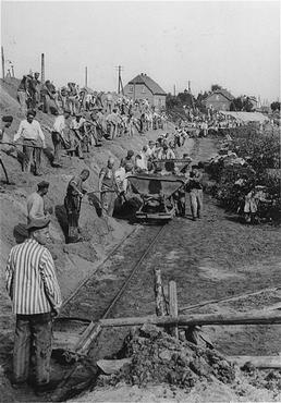 Camp de concentration de Neuengamme: internés au travail forcé construisant le canal Dove-Elbe, Allemagne, 1938-1945.