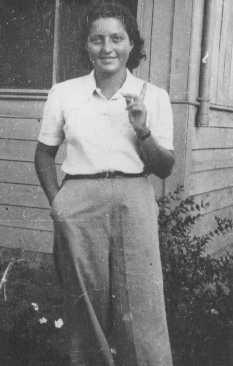 یہودی چھاتابردار فوجی حنا سزینس ایک کمیونل زرعی آبادی کِب بٹز سیڈوٹ ییم میں۔ فلسطین، 1941۔