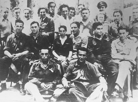 Group of Jewish parachutists under British command including Haviva Reik (center), who was sent into Slovakia. Palestine, wartime.
