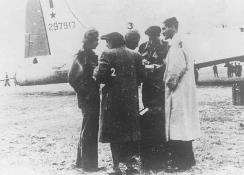 Parachutistes de Palestine 1) Zvi Ben-Yaakov, 2) Haviva Reik, 3) Rafi Reiss, 4) Abba Berdichev et 5) Haïm Hermesh en mission pour aider les Juifs. Base aérienne de Tri Duby, près de Banska Bystrica, Tchécoslovaquie, septembre 1944.