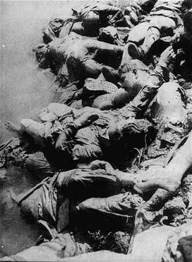Victimes des atrocités commises par les Oustachi ( fascistes croates) sur les rives de la Sava. Camp de concentration de Jasenovac, Yougoslavie, entre 1941 et 1945.