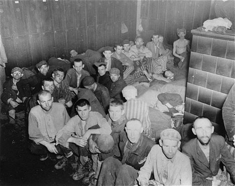 Sobreviventes do campo de Dachau, dentro das barracas-prisões, quando de sua liberação pelas forças aliadas. Dachau, Alemanha.  Foto tirada entre 29 de abril e 1° de maio de 1945.