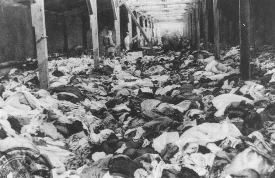 Après la libération du camp d'Auschwitz : garde-robe composée de vêtements ayant appartenu à des femmes exterminées. Auschwitz, Pologne, après janvier 1945.