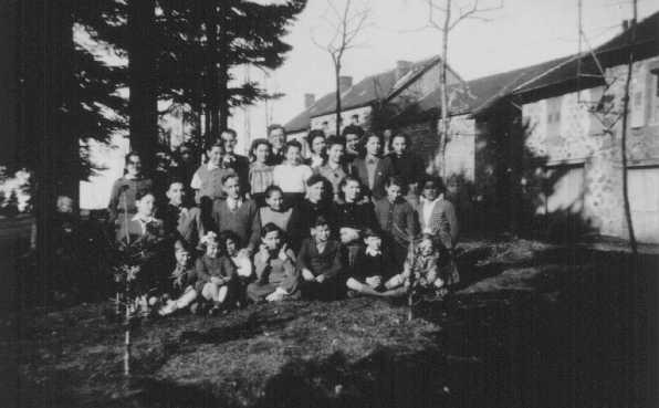 Niños judíos refugiados en el hogar para niños Maison des Roches, dirigido por Daniel Trocme (atrás, centro, con anteojos). Le Chambon-sur-Lignon, Francia, entre 1941 y 1943.